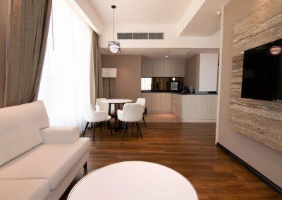 deluxe-suite-living2